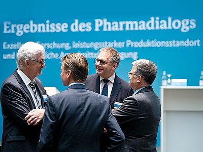 Die Vertreter des Bundesverbandes der Pharmazeutischen Industrie im Gespräch über den Pharmadialog – Quelle: BMG/Michael Gottschalk (photothek).