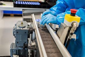 Med-X-Press verfügt über automatische Sleeve-Technik, die Arzneimittel-Fläschchen mit Folie einschrumpft